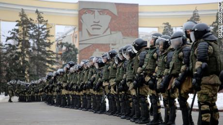 Poliția blochează drumul în timpul unui protest împotriva arestării lui Navalny la Volgograd, Rusia, duminică.