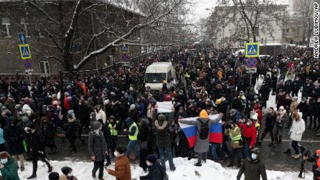 Oamenii participă duminică la un protest la Moscova împotriva închisorii Alexei Navalny.