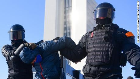 Poliția antidisturbie a arestat un bărbat în timpul unui miting în sprijinul liderului opoziției închis, Alexei Navalny, în cel mai estic oraș Vladivostok, duminică.