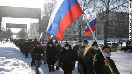 Protestatarii participă duminică la un miting neautorizat în sprijinul lui Navalny din centrul Novosibirsk.