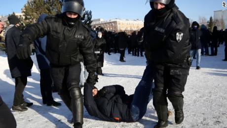 Poliția arestează un bărbat în timpul unei demonstrații în sprijinul lui Navalny, în orașul siberian Omsk, duminică.