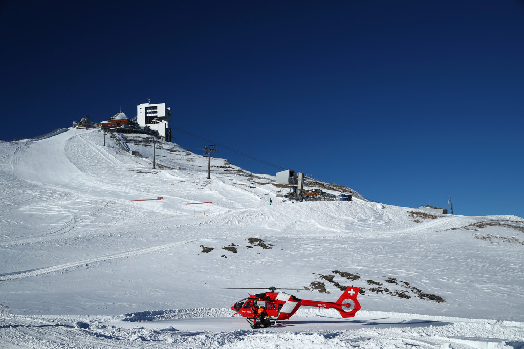Echipele de salvare elvețiene participă la un exercițiu de salvare a vieților după o avalanșă la Glacier 3000 din Les Diablerets