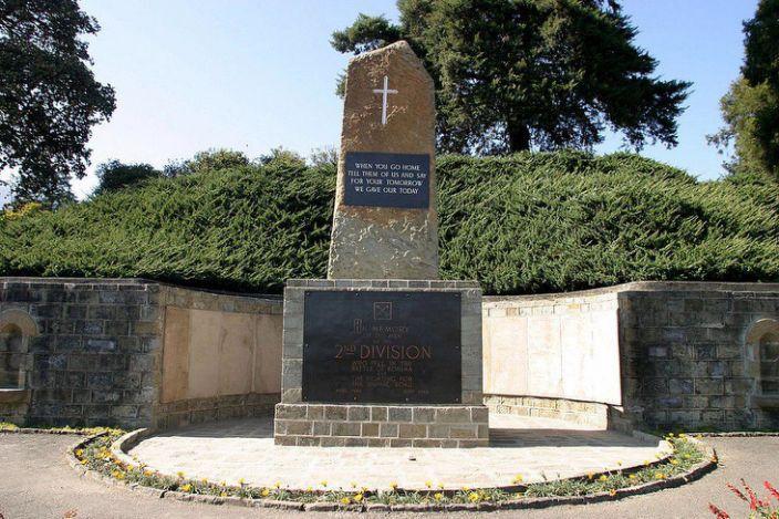 Un memorial al morților la cimitirul de război al lui Kohima