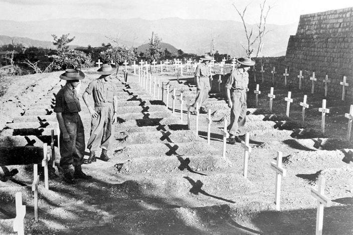 Bărbații Regimentului Regal din West Kent aduc în tăcere tribut camarazilor căzuți la bătălia de la Kohima, 27 noiembrie 1945