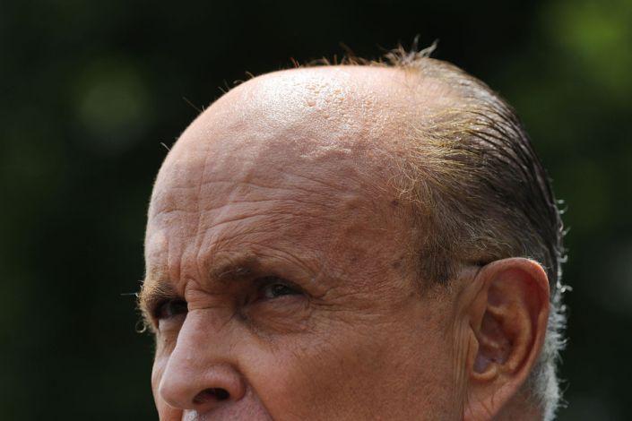 Avocatul președintelui Donald Trump și fostul primar al orașului New York, Rudy Giuliani, le vorbește reporterilor în afara Casei Albe pe 1 iulie 2020