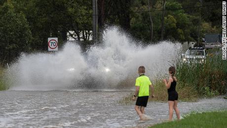 O casă întreagă plutește în timp ce inundațiile au lovit coasta de est a Australiei