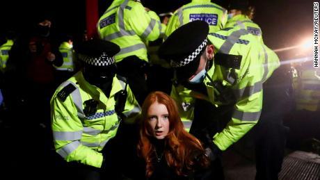 Poliția îl reține pe Patsy Stevenson pe 13 martie, când oamenii s-au adunat la un memorial pașnic din Londra după ce Sarah Everard a fost ucisă.  Aceste scene au condus la critici ale poliției și la o examinare sporită a proiectului de lege pendinte.