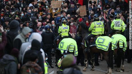 Caii poliției au fost desfășurați în timpul ciocnirilor care au început în semn de protest împotriva controversatei legi privind criminalitatea.