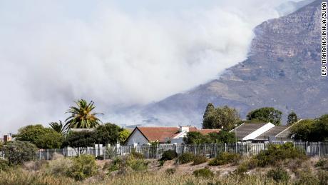 Fum gros care se ridică de la Table Mountain din Cape Town.