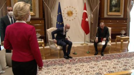 Președintele Comisiei Europene, Ursula von der Leyen, stânga, stă în timpul unei întâlniri cu președintele Consiliului European Charles Michel și președintele turc Recep Tayyip Erdogan.