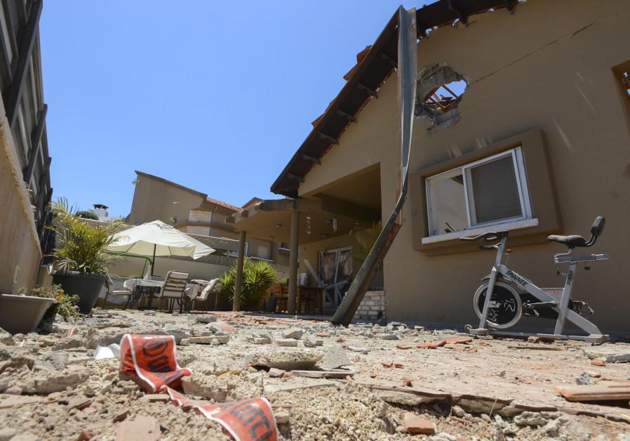 O casă din orașul israelian Sderot a fost avariată de rachete lansate de militanții Hamas în Gaza în Israel.  15 mai 2021 (AVI ROCCAH / FLASH90)