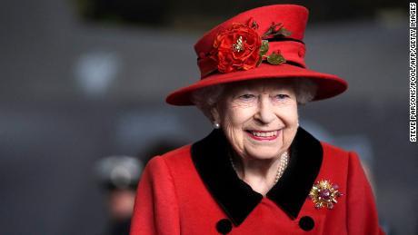 Regina Elisabeta a II-a a Marii Britanii vizitează portavionul HMS Queen Elizabeth în Portsmouth, sudul Angliei, pe 22 mai 2021.