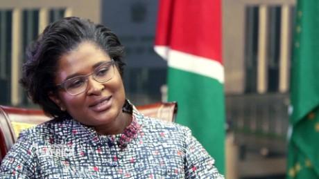 Prima Doamnă a Namibiei trimite un mesaj video puternic trolilor rușinați aici