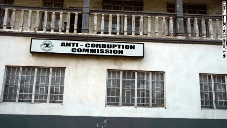 Asistentul președintelui s-a lăudat cu avere în biserică, provocând anchete de corupție