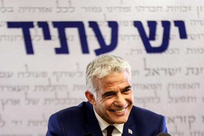 Liderul partidului Yesh Atid, Yair Lapid, vorbește presei la Knesset, parlamentul Israelului, la Ierusalim, 7 iunie 2021 (Ronen Zvulun / Reuters)