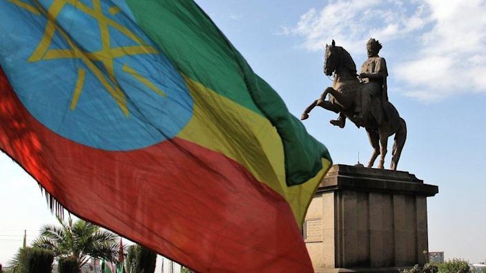 Statuia lui Menelik II și steagul etiopian din Piața Menelik, Addis Abeba, Etiopia