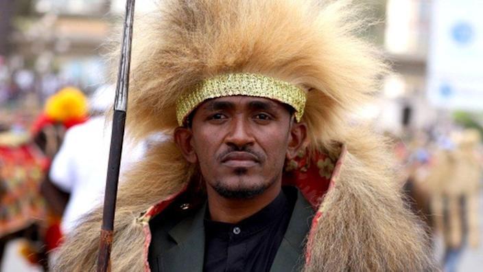 Muzicianul etiopian Hachalu Hundessa pozează în costum tradițional în timpul sărbătoririi a 123 de ani de la bătălia de la Adwa, unde trupele etiopiene au învins forțele italiene invadatoare