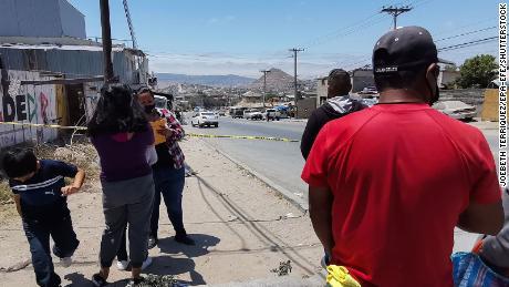 Autoritățile monitorizează o zonă în care au fost aruncate rămășițe umane neidentificate în ziua alegerilor din Baja California, Mexic, pe 6 iunie 2021.