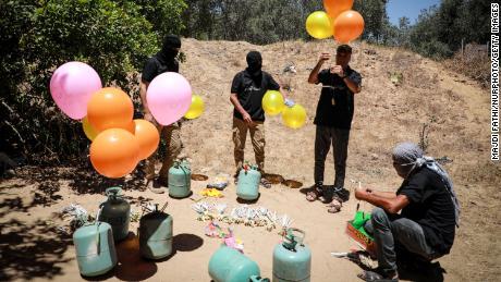 Activiștii de la est de orașul Gaza pregătesc miercuri baloane incendiare care să fie lansate peste gardul de frontieră către Israel.