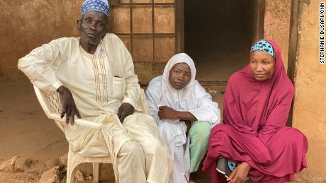 Bărbați înarmați au asaltat școala ei într-un raid de răpire.  Apoi și-a găsit familia în răpitori & # 39;  cache