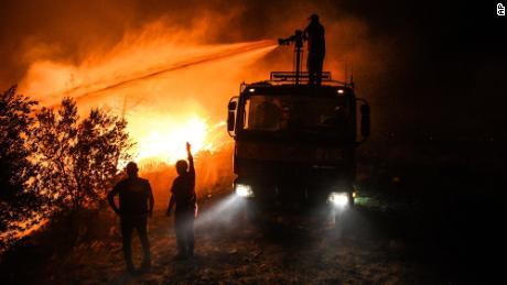 Pompierii încearcă să controleze incendiul în satul Kerli, lângă orașul Manavgat, în provincia Antalya, vineri devreme, 30 iulie.