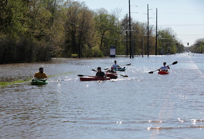 Locuitorii fac caiac pe o stradă inundată