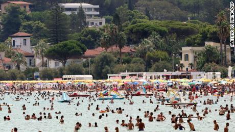 Oamenii se relaxează la mare în Palermo, Sicilia, miercuri.
