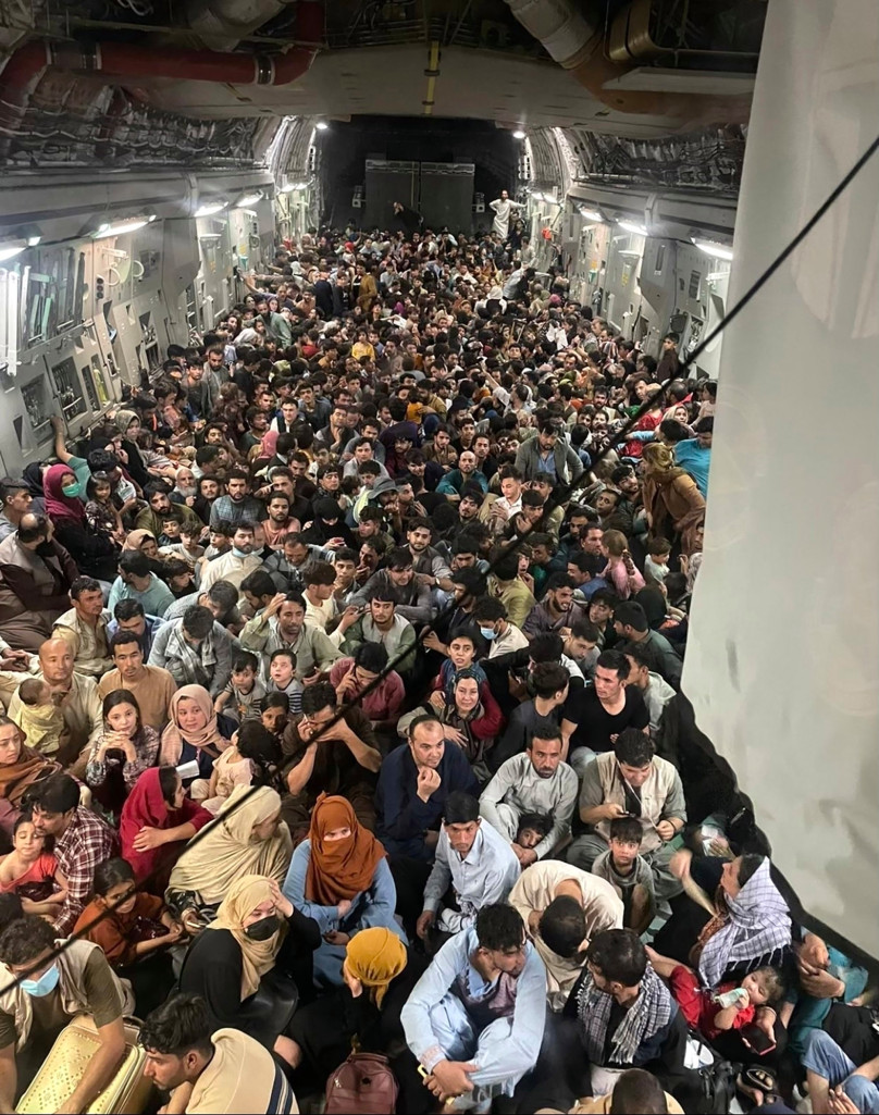 Evacuații din Afganistan se înghesuie în interiorul unui avion de transport C-17 Globemaster III al Forțelor Aeriene ale SUA.