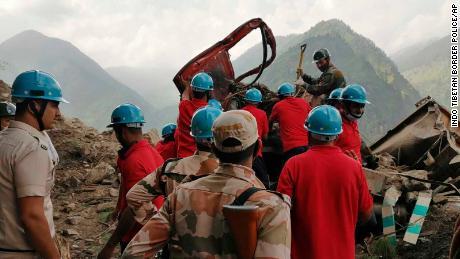 O operațiune de salvare este efectuată la locul unei alunecări de teren în districtul Kinur din statul Himachal Pradesh din nordul Indiei, pe 11 august.
