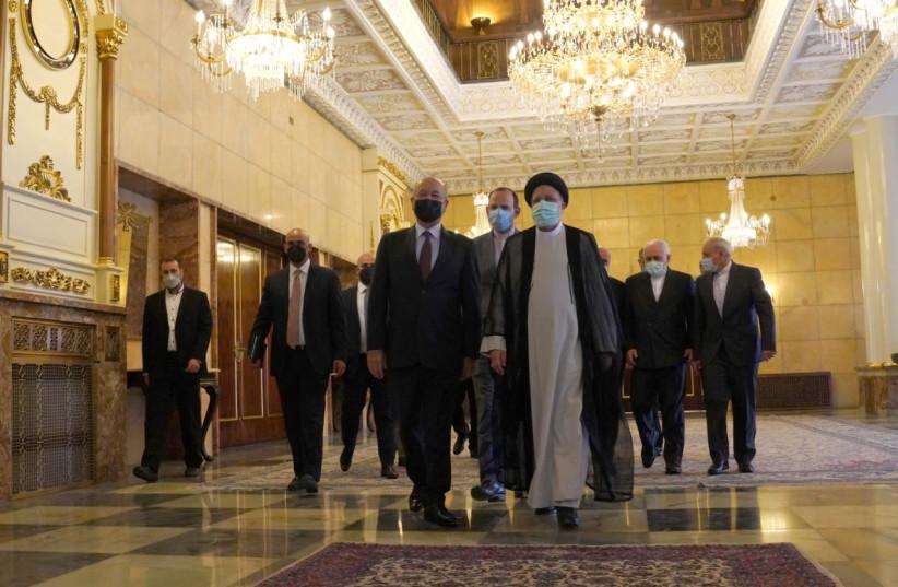 Președintele irakian Barham Salih merge cu noul președinte iranian Ibrahim Raisi în timpul unei întâlniri la Teheran (Sursa: Reuters)