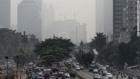 Clădirile din centrul orașului Jakarta au fost învăluite în ceață deasă exacerbată de incendii care ardeau în județele rurale din regiune pe 23 februarie 2018.