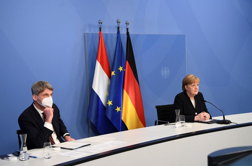 Cancelarul german Angela Merkel și consilierul pentru politică externă Jan Hecker.