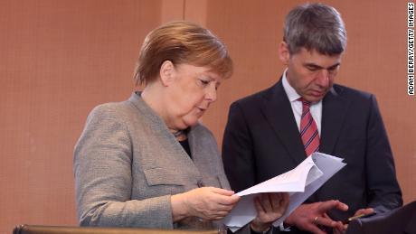 Cancelarul federal german Angela Merkel și consilierul său de atunci pentru politică externă Jan Hecker la 15 ianuarie 2020 la Berlin, Germania.