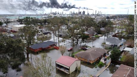 Uragane, incendii și secete: Statele Unite se luptă cu dezastrele climatice pe multe fronturi